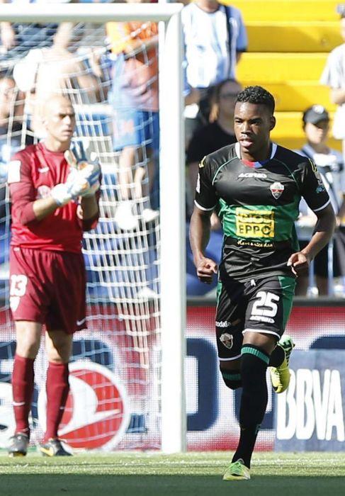 Rodrigues celebra su gol ante Caballero en La Rosaleda.