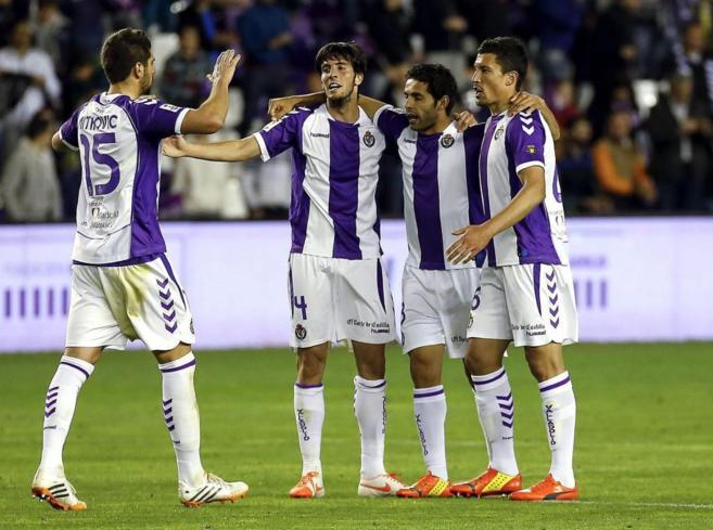 Los jugadores del Valladolid celebran su gol ante el Espanyol.