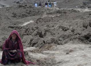 Una mujer llora tras el corrimiento de tierra en Argo.