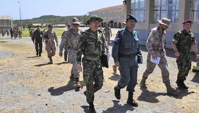 Algunos de los soldados preparando el ejercicio.