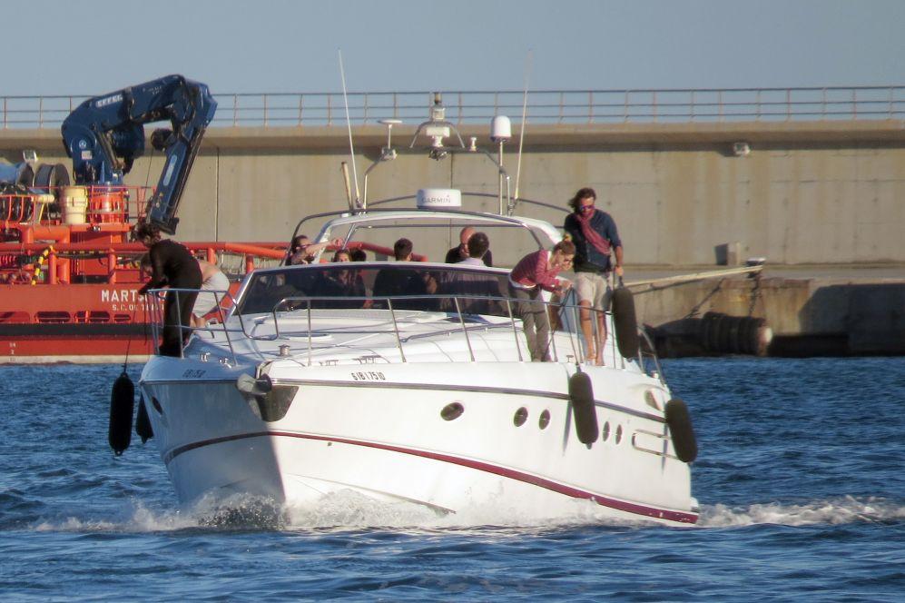 La pareja salió a navegar con un grupo de amigos.