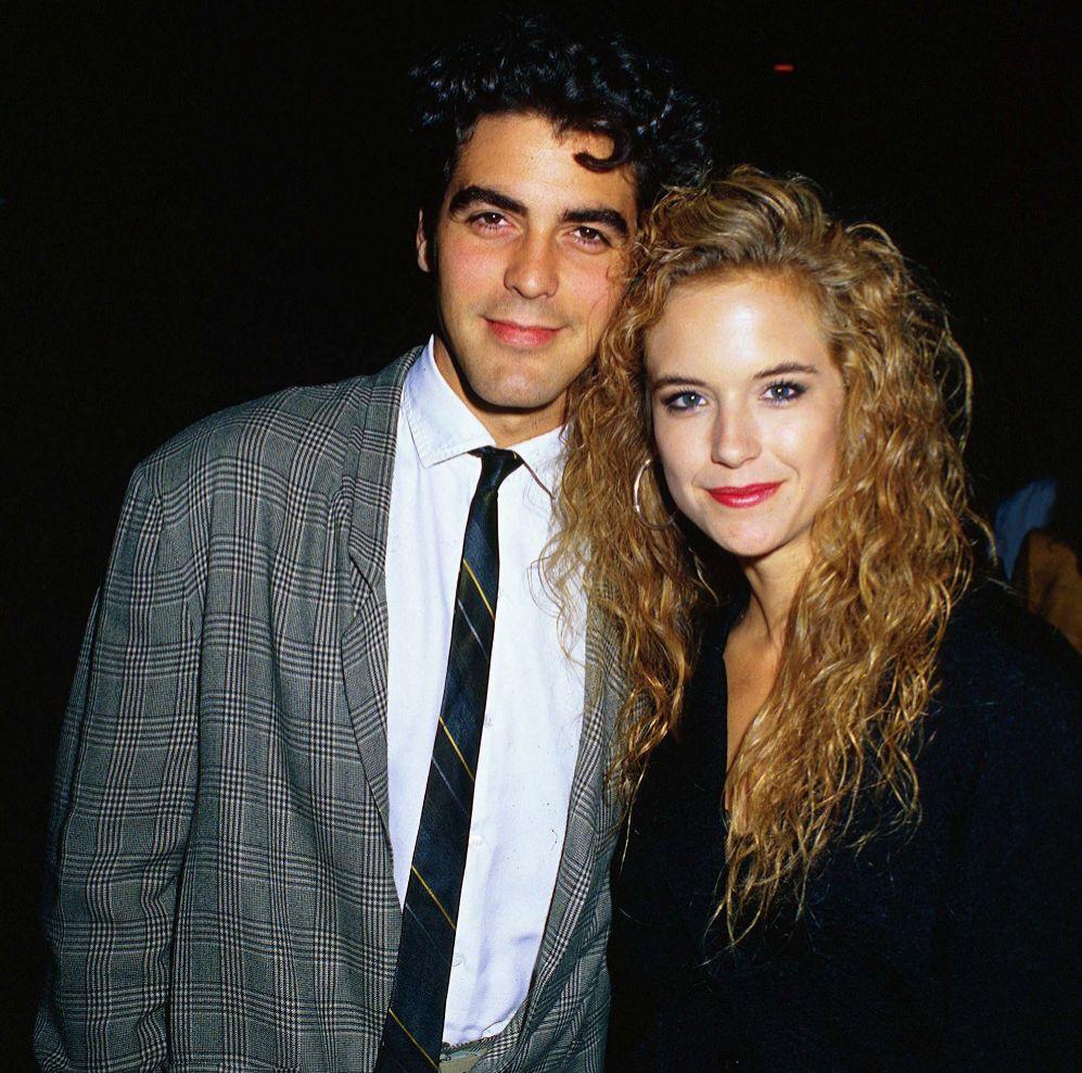 George Clooney y Kelly Preston. La extensa trayectoria amorosa de George Clooney (52) empezó con Kelly Preston (51) allá por 1988. Ambos eran dos actores que luchaban por hacerse un hueco en Hollywood y ninguno había tenido mucha suerte hasta el momento. Preston, que ya había estado casada, se divorció cuando conoció a Clooney y le regaló el famoso cerdo vietnamita que el actor continuó conservando tras su ruptura. La relación duró más bien poco. Clooney conoció a la actriz Talia Balsam, se escaparon a Las Vegas y terminaron casándose. Preston, por su parte, empezó una relación con Charlie Sheen, pero acabó dejándole cuando él le disparó accidentalmente en un brazo. Normal que después se conformara con John Travolta y la Cienciología.