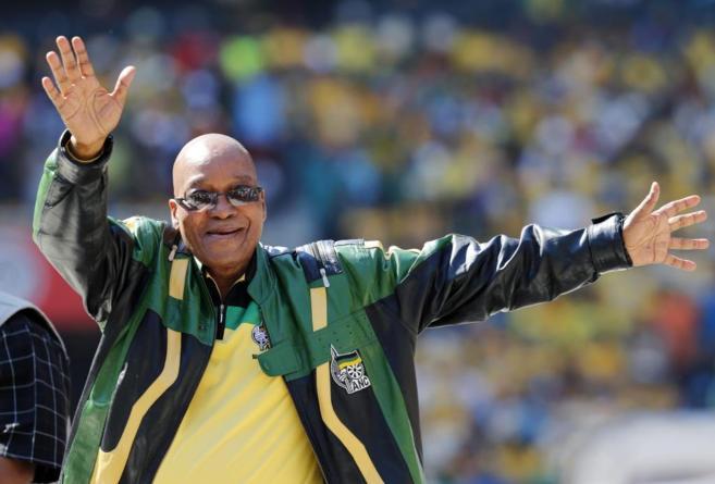 El presidente de Sudáfrica, Jacob Zuma, en un acto de su campaña...