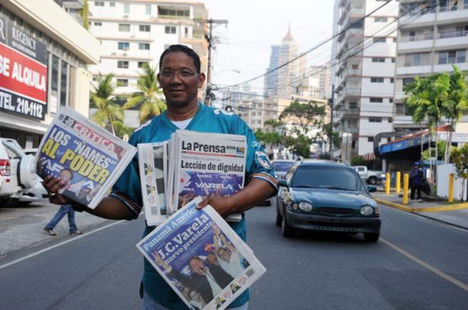 Un vendedor de periódicos con todas las portadas dedicadas al...