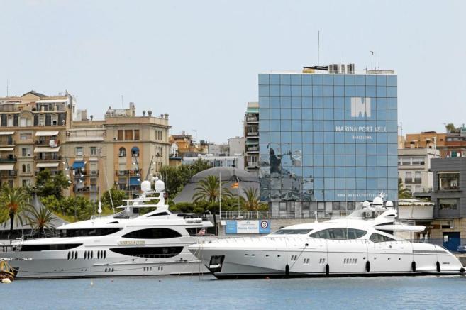 Yates amarrados en el puerto deportivo de Barcelona.