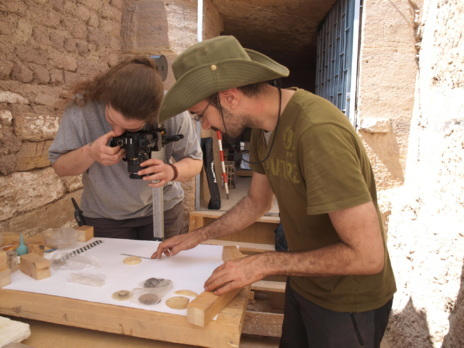 Cristina Lechuga y Raúl Fernández fotografían los objetos hallados.