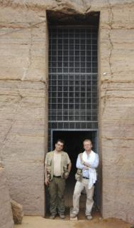 Juan Luis Martínez de Dios (I) y Alejandro Jiménez, en la tumba QH33