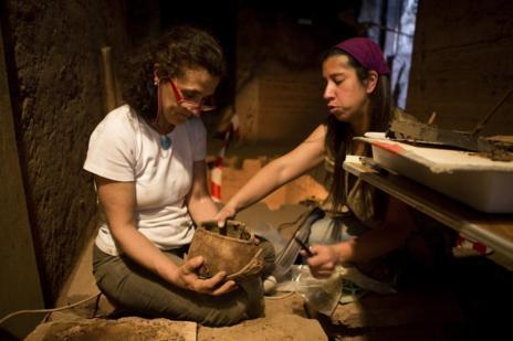 La restauradora Teresa López-Obregón y la egiptóloga Yolanda de la...