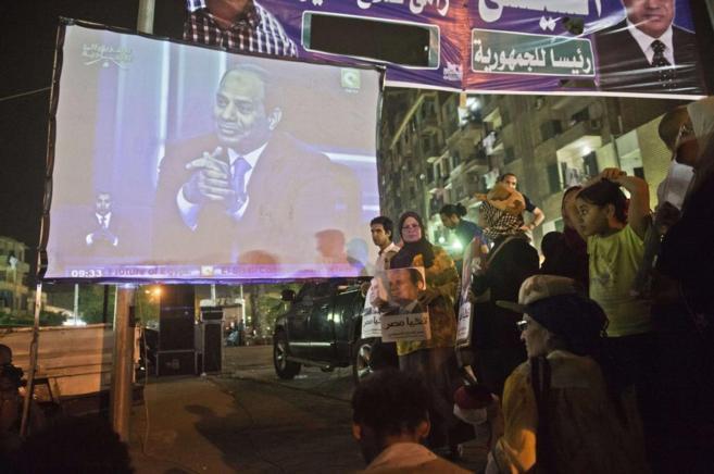 Simpatizantes de Al Sisi siguen la entrevista en las calles de El...