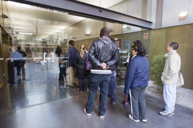 El paro baja en personas en abril en la comunidad for Oficina del paro murcia