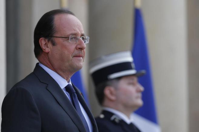 El presidente francés, François Hollande, espera a un invitado a las...