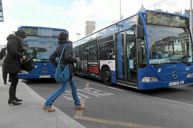Un autobús urbano de Alicante recoge a una viajera, en una imagen de...