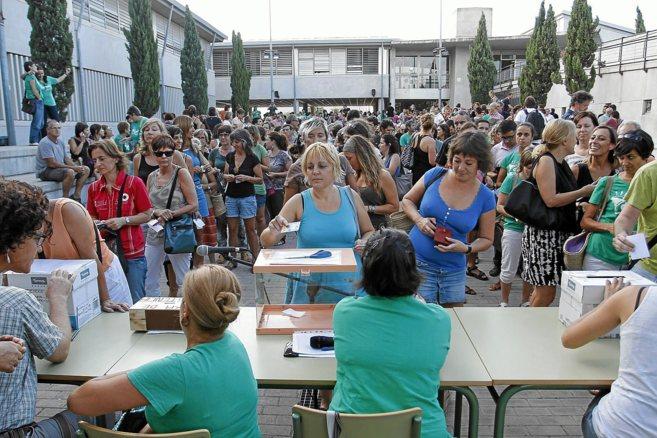 Los profesores votando en el IESMarratxí a principio de curso si...