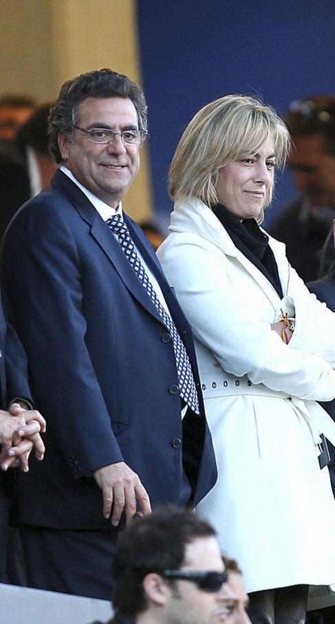 La alcaldesa de Alicante y el empresario Enrique Ortiz en el palco del...