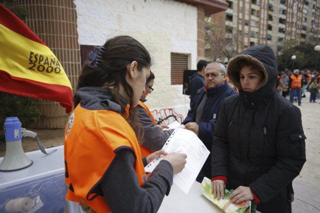 Reparto de comida solo para españoles en el barrio de Orriols.