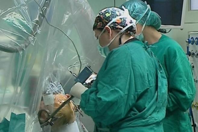 Una intervención para implantar los electrodos en el cerebro.