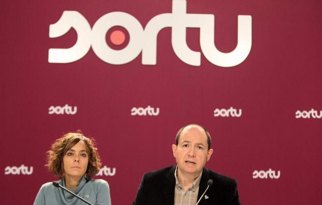 Los portavoces de Sortu Amaia Izko y Pernando Barrena.