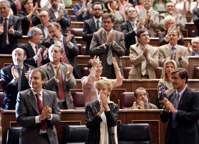 El equipo de Gobierno de Zapatero aplaude la aprobación de la ley del...