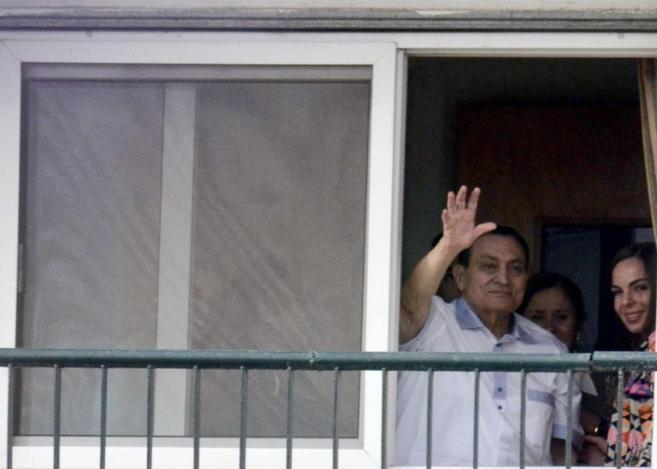 Hosni Mubarak saluda a sus seguidores desde el Hospital Maadi, en El...