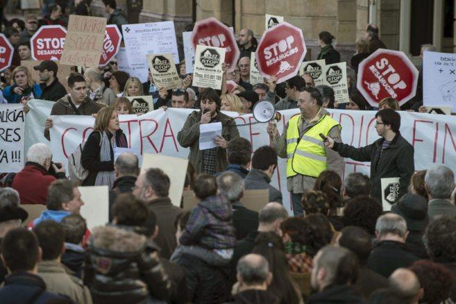 Afectados por la hipoteca y Stop Desahucios en una manifestación.
