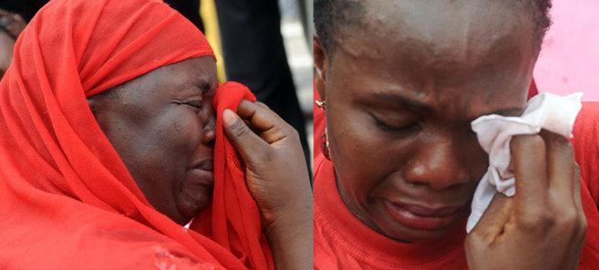 Dos de las madres lloran desconsoladamente hoy en Abuja (Nigeria).n