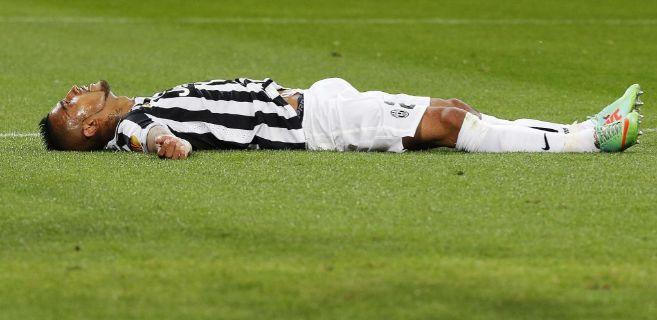 Vidal, tendido sobre la hierba, tras fallar una ocasión ante el...