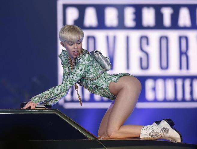 Miley Cyrus durante su concierto esta noche en el O2 Arena de Londres.