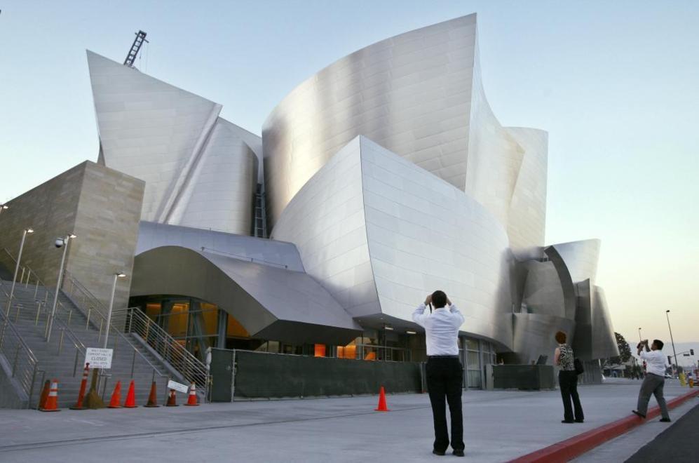 El otro gran proyecto de Frank Gehry durante estos años ha sido el auditorio Walt Disney de Los Ángeles, que expresa la capacidad de su arquitectura como revulsivo social. Como ocurrió en Bilbao, el auditorio sirvió para renovar y dar atractivo a una zona, el 'downtown' de la ciudad, deprimido.