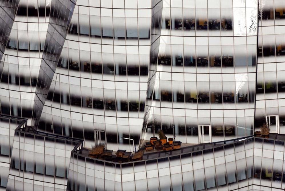 La gran paradoja en la carrera de Gehry es la que ha afectado a muchos de sus colegas: después de desarrollar un discurso intelectual muy contracultural, su salto a la práctica activa ha significado plegarse a las demandas del mercado. ¿Se convierte su arquitectura en un trampantojo intelectual?