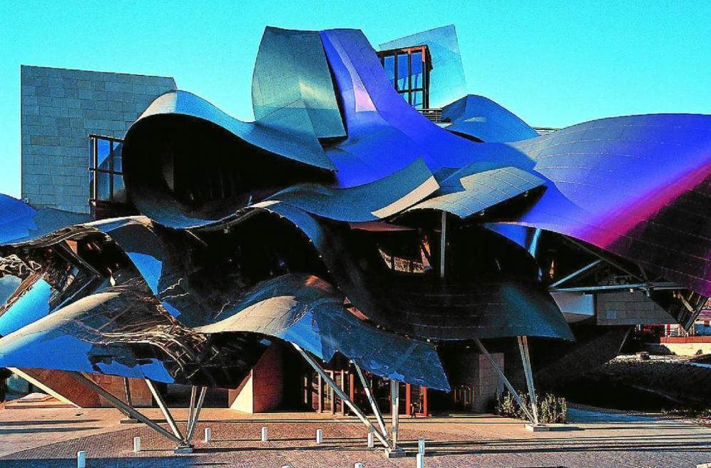En España, Gehry tiene, además del Guggenheim, un conjunto más escultórico que arquitectónico en Barcelona y una bodega en la Rioja dedicada a la casa Marqués de Riscal y orientada al turismo enológico.