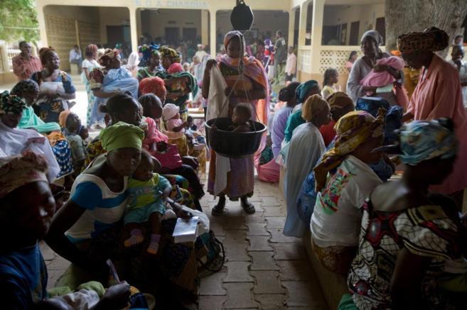 Una mujer pesa a un niño en el dispensario de Chagoua Dispensary, en...