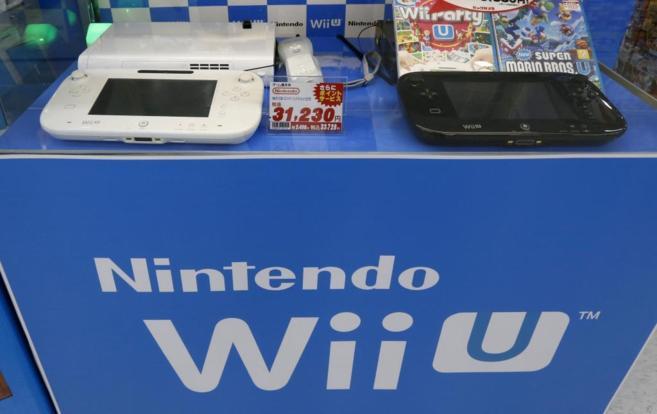 Dos consolas 'Wii U', expuestas junto a su logotipo en un...
