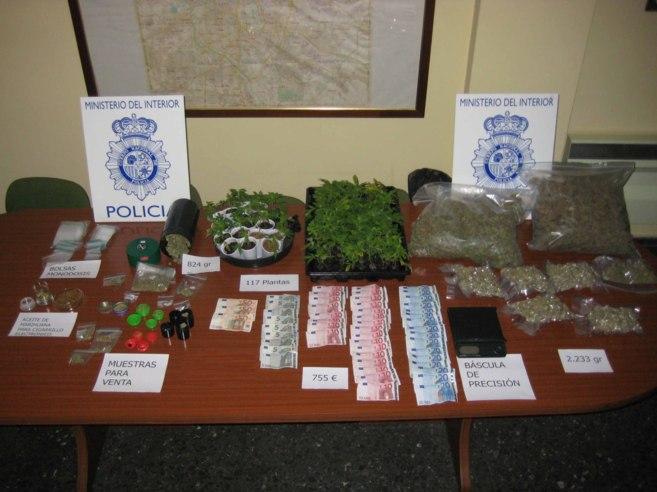 Dinero y objetos requisados a los detenidos.