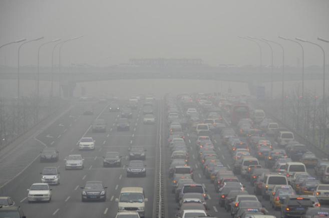 Coches en una carretera de la ciudad de Beijing, China, donde puede...