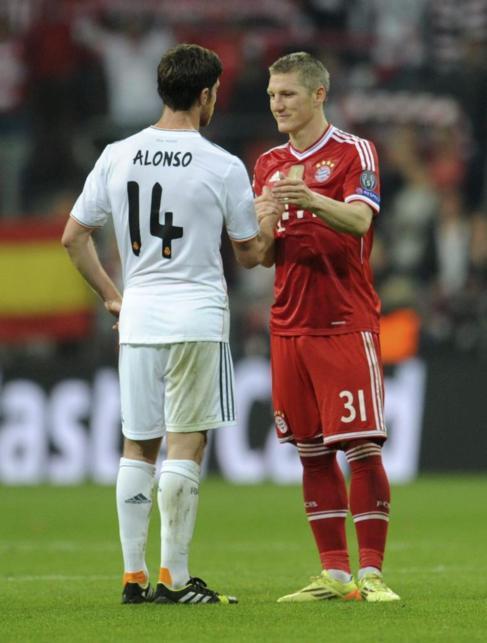 Alonso y Schweinsteiger, tras el final del partido en Múnich.