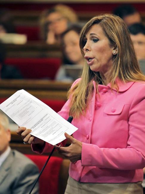 Alicia Sánchez-Camacho muestra documentos, ayer en el Parlament.