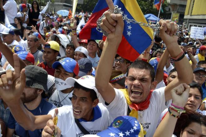 Opositores del Gobierno venezolano protestan en una manifestación en...
