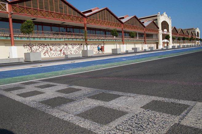 Vista de los tinglados del puerto de Valencia, con el trazado del...