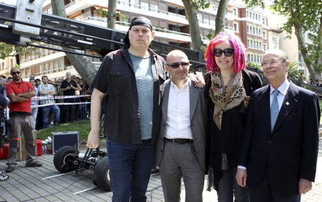 Los cineastas Andy y Lana Wachowski, posan con Ibon Areso y Andoni...