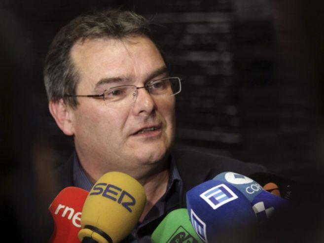 Ángel González atiende a la prensa en el Parlamento asturiano.