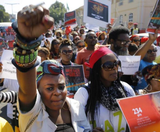 Un grupo de manifestantes piden la liberación de las niñas...