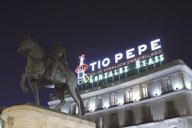 El cartel de Tío Pepe iluminado en su nueva ubicación de la Puerta...