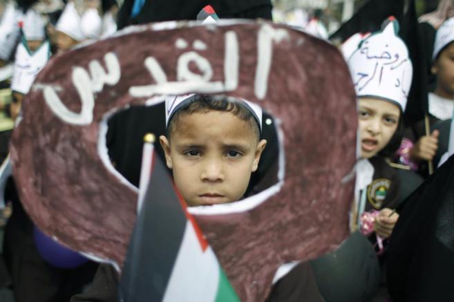 Un niño en una manifestación en el campamento de refugiados de Jan...