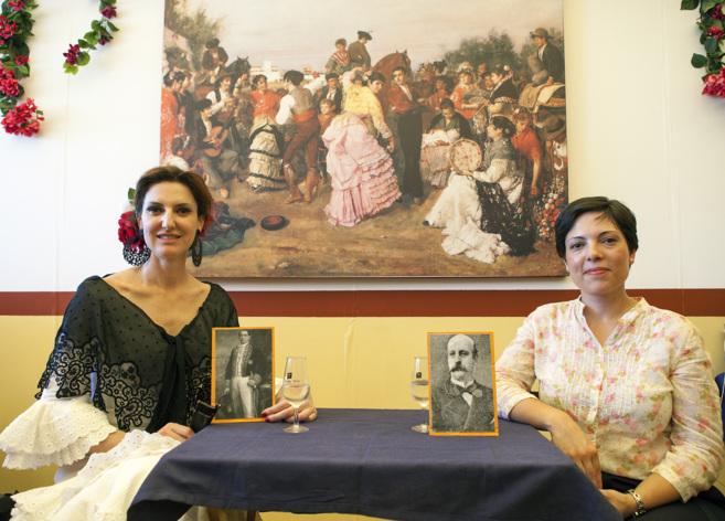 Cristina Ybarra y Almudena Bonaplata, junto a los retratos de José...