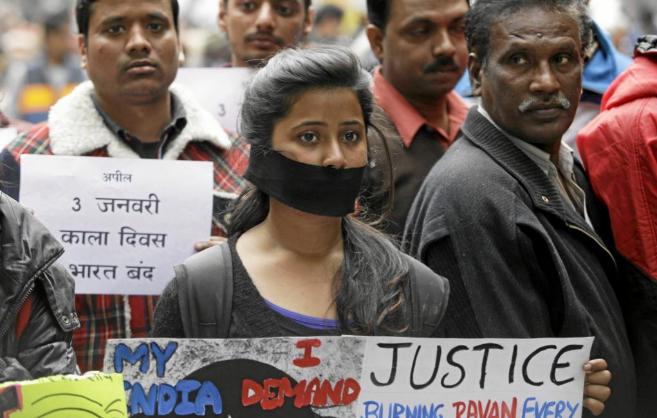 Una joven india en una manifestación contra la violencia machista en...
