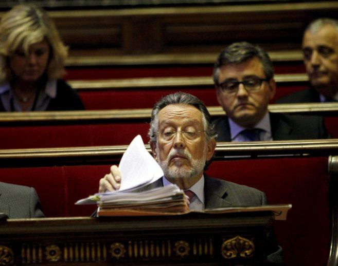 Alfonso Grau revisa sus apuntes en un pleno del Ayuntamiento de...