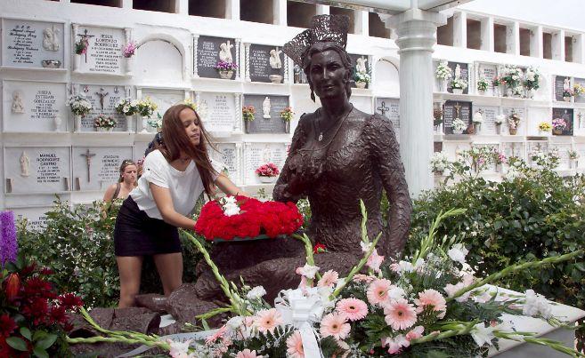 La hija menor de Rocío Jurado, Gloria Camila, en el mausoleo de la...