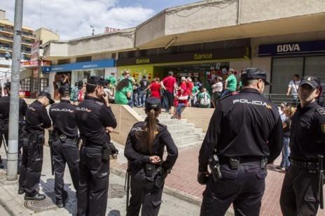 Presencia policial en el exterior de la sucursal.