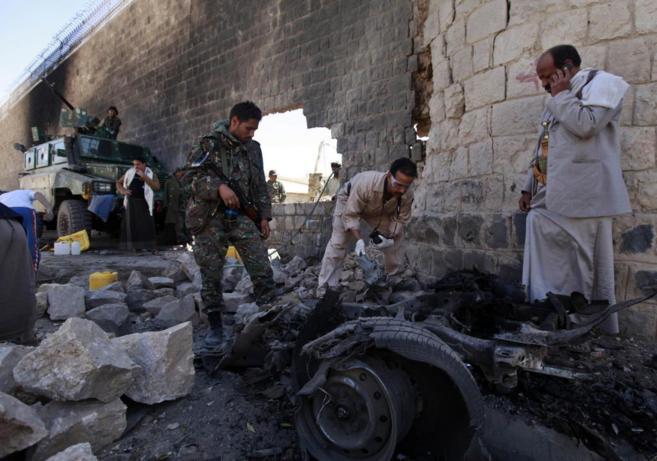 Investigadores examinan el lugar de un atentado con coche bomba en...