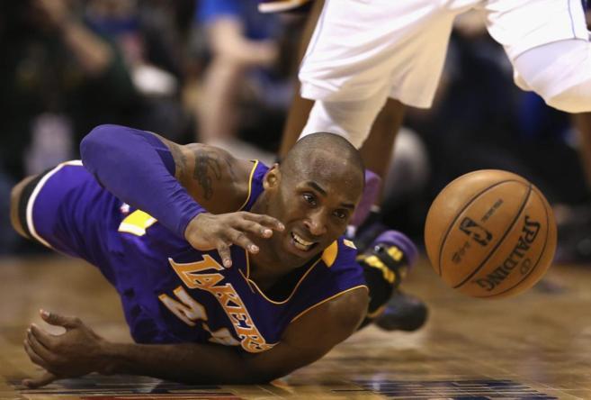 Kobe Bryant lucha por un balón en un partido ante Dallas.